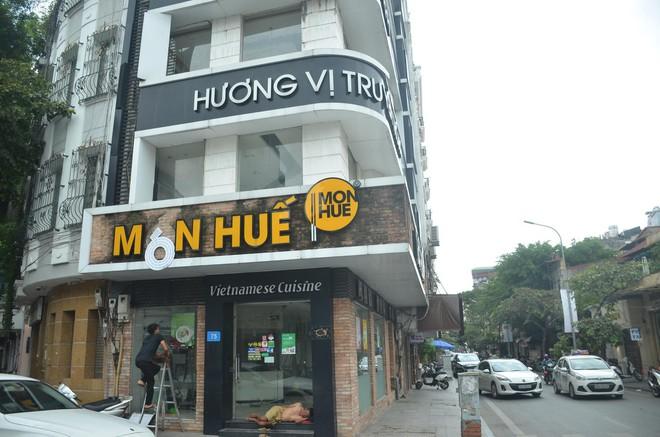 Sau Sài Gòn, hàng loạt cửa hàng món Huế ở Hà Nội đóng cửa không rõ lý do, công nhân bắt đầu tháo dỡ biển hiệu - Ảnh 5.