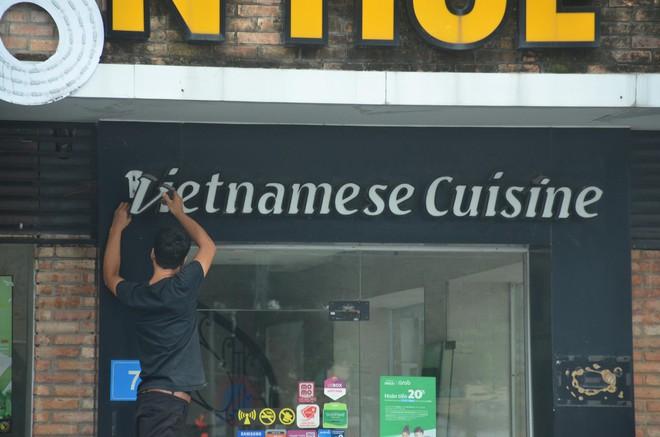 Sau Sài Gòn, hàng loạt cửa hàng món Huế ở Hà Nội đóng cửa không rõ lý do, công nhân bắt đầu tháo dỡ biển hiệu - Ảnh 6.