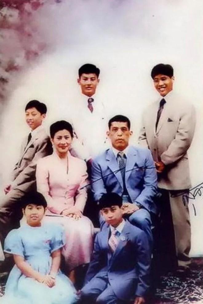 Cuộc đời 4 Hoàng tử - con của người vợ ngoại tình bị vua Thái Lan phế truất, đuổi khỏi hoàng cung đã ra sao?