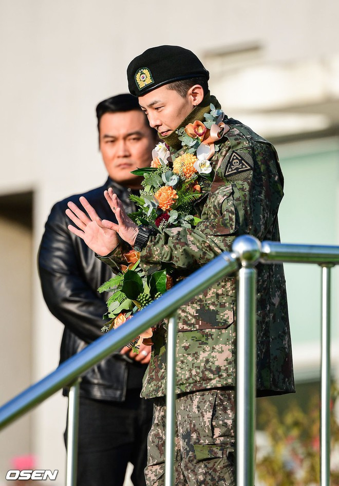 Hình ảnh xúc động nhất hôm nay: G-Dragon bật khóc, ôm chầm lấy bố và vỡ òa trước 1 fan nhí đến đón từ 2 giờ sáng - Ảnh 3.