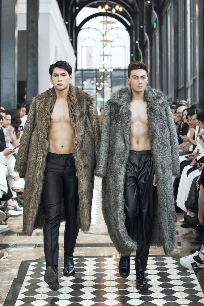 """Tiểu Vy và Lương Thùy Linh """"song kiếm hợp bích"""", cùng catwalk khuấy đảo show của NTK Lê Thanh Hòa - Ảnh 13."""