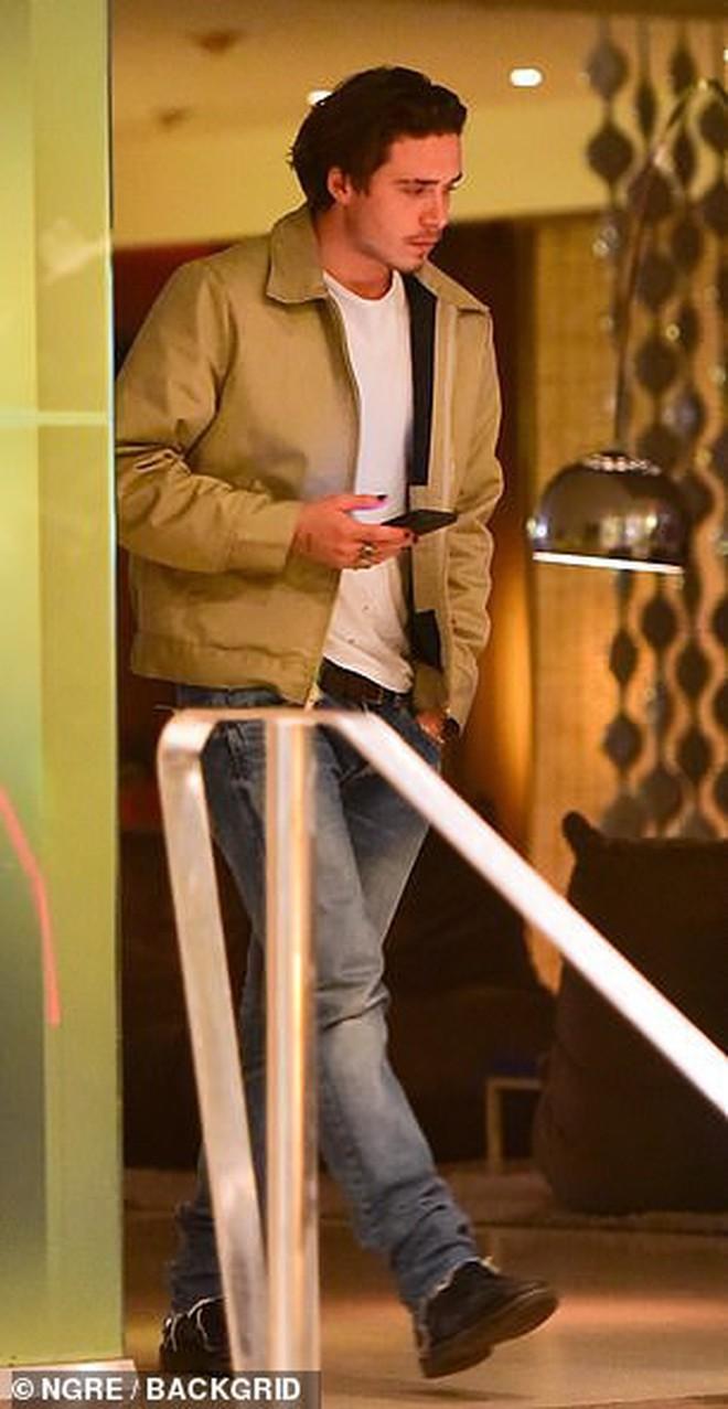 """Mặc tin đồn hẹn hò xuất hiện liên tiếp, Brooklyn Beckham lại bị bắt gặp đi ăn tối cùng mỹ nhân """"Transformers"""" - Ảnh 2."""