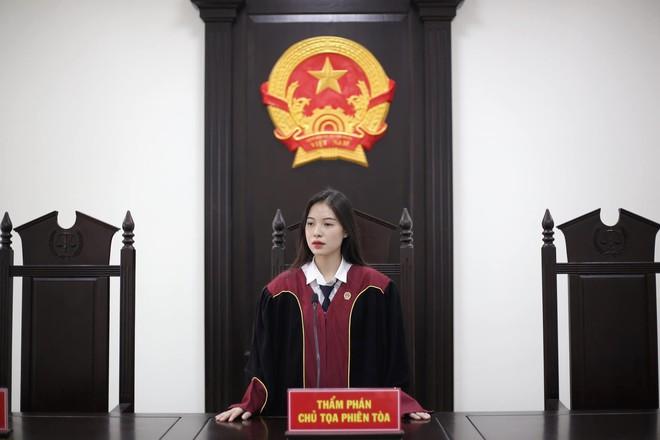 Nữ sinh 1999 ngồi trên ghế chủ toạ với vai trò Thẩm phán khiến dân tình xôn xao vì vừa xinh xắn vừa quá đỗi tài năng - Ảnh 1.
