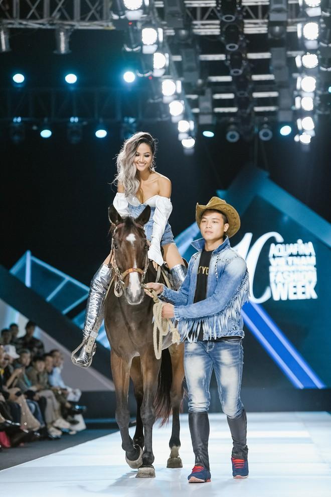 """H'Hen Niê và màn trình diễn """"làm quá"""" nhất lịch sử AVIFW: cưỡi xe phân khối lớn mở show, chễm chệ trên lưng ngựa kết show - Ảnh 2."""