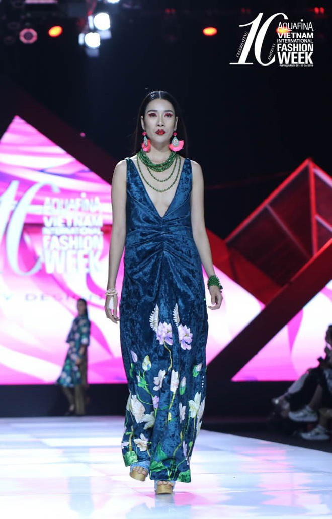 """Hoa hậu Đỗ Mỹ Linh chưa bao giờ sắc sảo ma mị đến thế, hoá """"nàng Mỵ"""" kiều diễm cho show diễn của Thuỷ Nguyễn - Ảnh 3."""