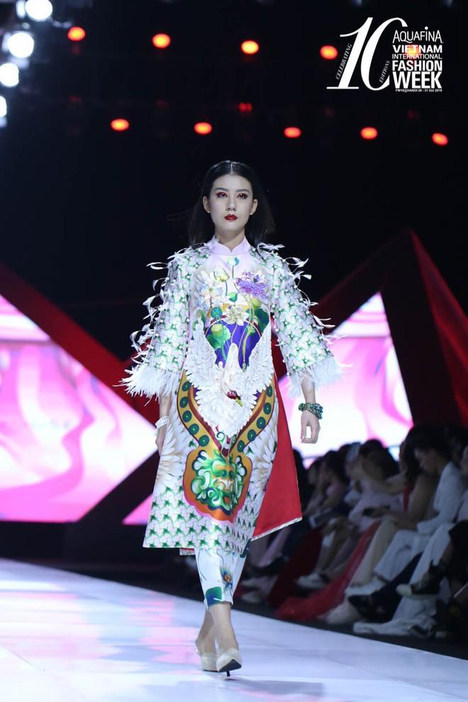 """Hoa hậu Đỗ Mỹ Linh chưa bao giờ sắc sảo ma mị đến thế, hoá """"nàng Mỵ"""" kiều diễm cho show diễn của Thuỷ Nguyễn - Ảnh 4."""