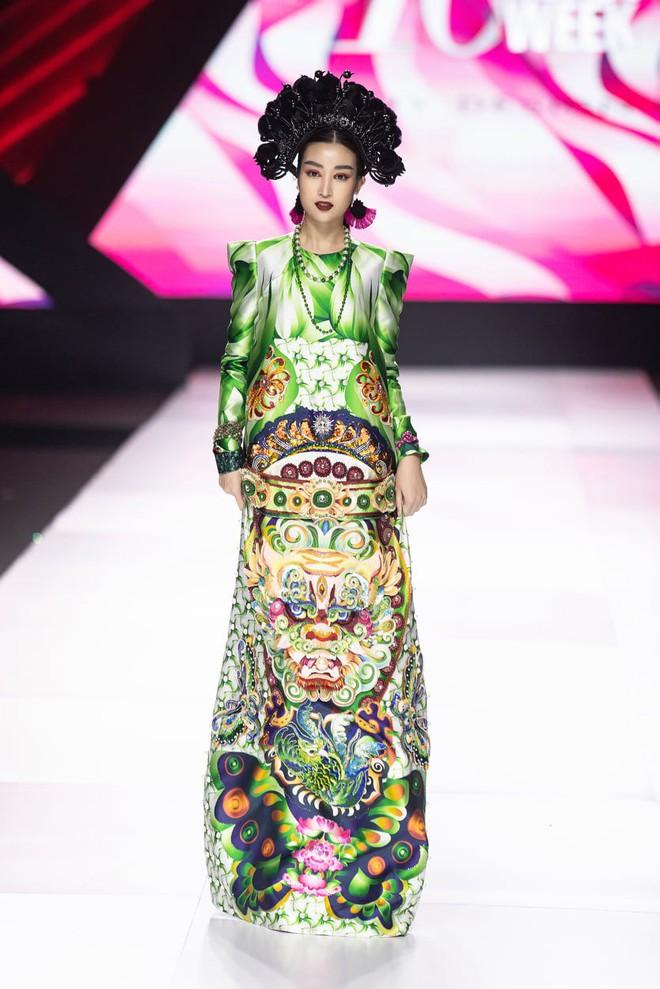 """Hoa hậu Đỗ Mỹ Linh chưa bao giờ sắc sảo ma mị đến thế, hoá """"nàng Mỵ"""" kiều diễm cho show diễn của Thuỷ Nguyễn - Ảnh 2."""