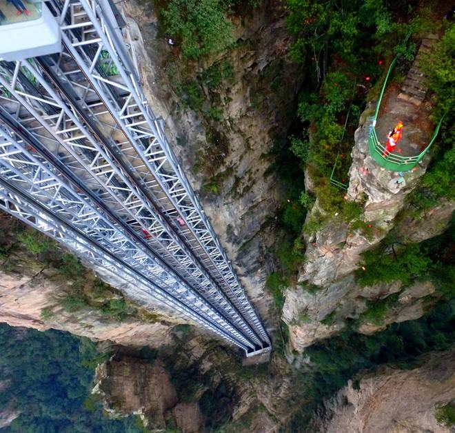 """Thang máy ngoài trời cao nhất thế giới tại Trung Quốc khiến hội yếu tim mới nhìn thôi đã thấy """"thở dốc"""" rồi! - Ảnh 4."""