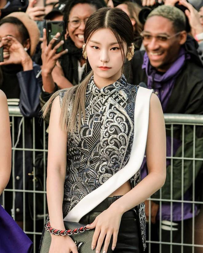 """Kiểu tóc rẽ ngôi giữa kén mặt là thế nhưng lại làm nên thần thái cao sang """"chanh sả"""" cho biết bao sao Hàn - Ảnh 8."""