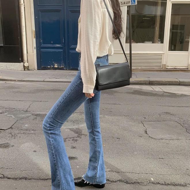 """Quần jeans dài quết đất đang """"hót hòn họt"""", bạn cứ diện cùng 5 kiểu giày sau là vừa cool vừa sang hết nấc - Ảnh 5."""