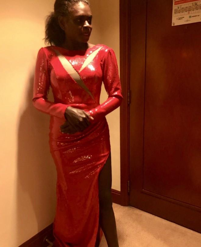 Đại diện Việt Nam ghi điểm với hành động đẹp tại Miss Earth: Cho thí sinh da màu không có trang phục mượn 2 bộ váy dạ hội - Ảnh 2.