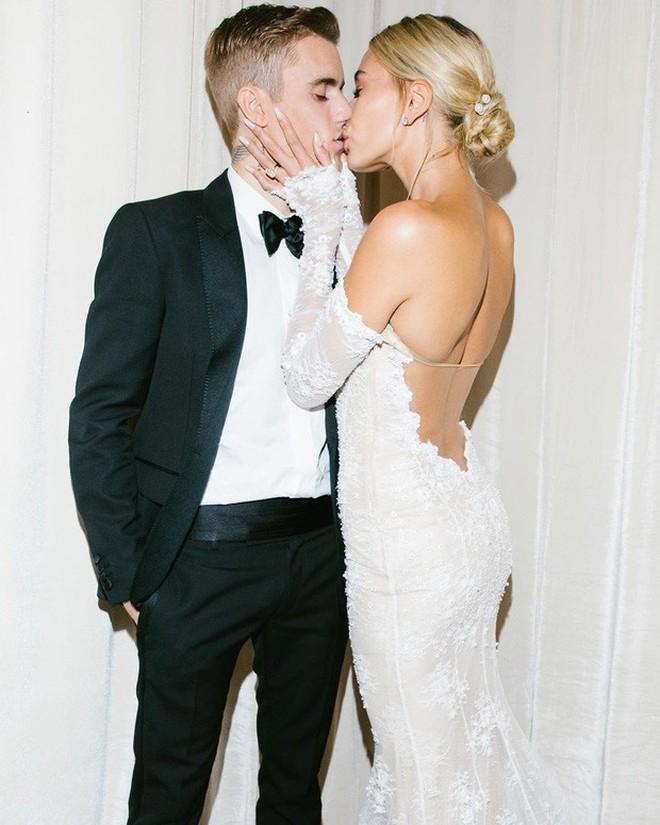 Ảnh hậu trường sexy nhất đám cưới bạc tỷ: Justin dùng răng cởi nịt tất của bà xã, Hailey khoe luôn cặp đùi ngọc ngà - Ảnh 3.