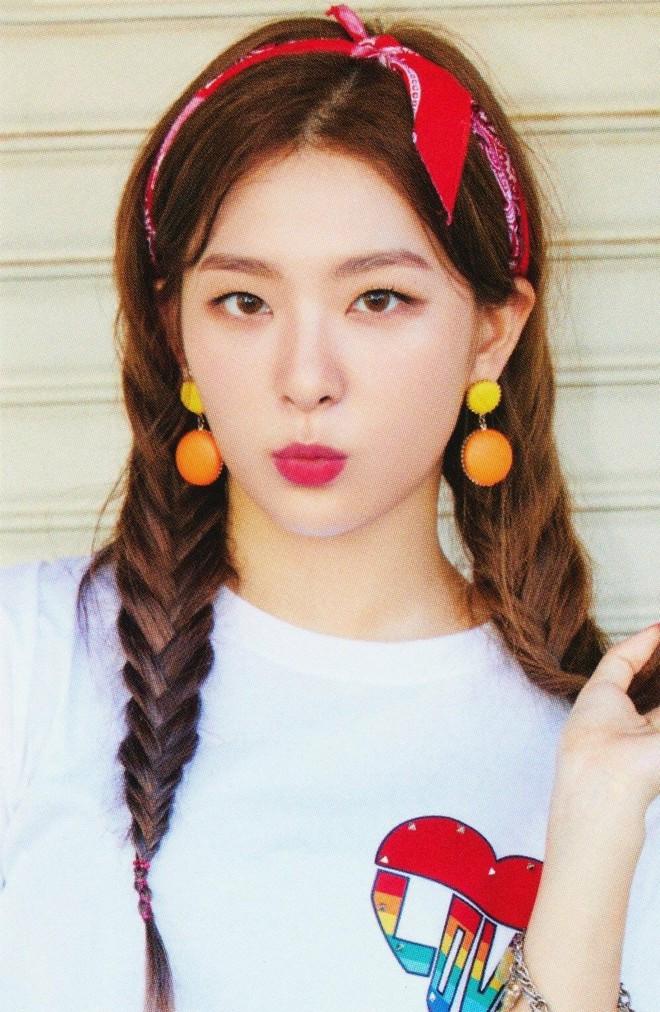 """Đến phục tài """"tái chế"""" của idol Hàn: chỉ một chiếc khăn lụa mà diện được tới 5 cách khác nhau, cách nào cũng đẹp hút mắt - Ảnh 1."""