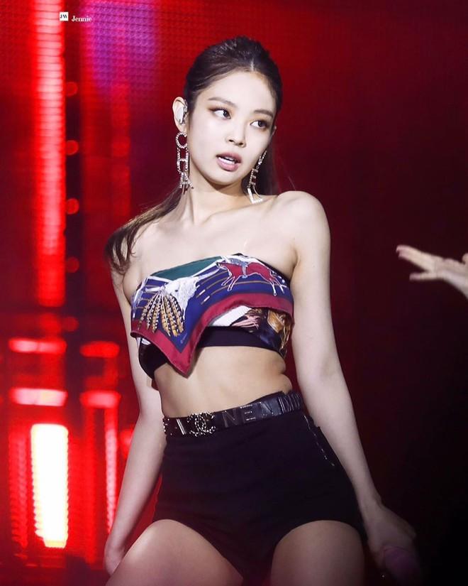 """Đến phục tài """"tái chế"""" của idol Hàn: chỉ một chiếc khăn lụa mà diện được tới 5 cách khác nhau, cách nào cũng đẹp hút mắt - Ảnh 13."""