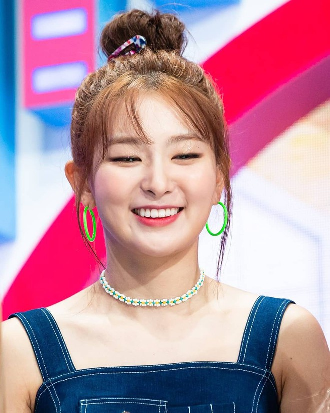 """Đến phục tài """"tái chế"""" của idol Hàn: chỉ một chiếc khăn lụa mà diện được tới 5 cách khác nhau, cách nào cũng đẹp hút mắt - Ảnh 4."""