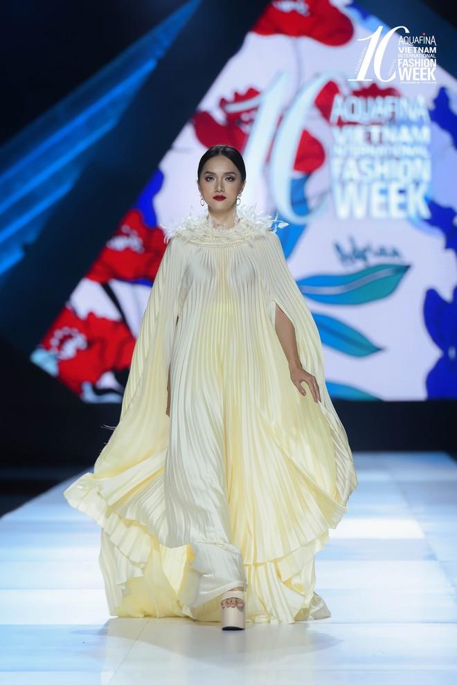 Hoa hậu Hương Giang catwalk xuất thần trong show diễn khép lại AVIFW Thu Đông 2019 - Ảnh 1.