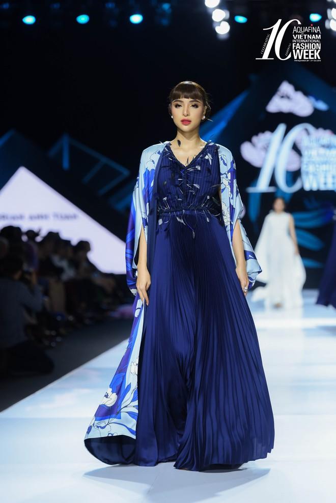 Hoa hậu Hương Giang catwalk xuất thần trong show diễn khép lại AVIFW Thu Đông 2019 - Ảnh 3.