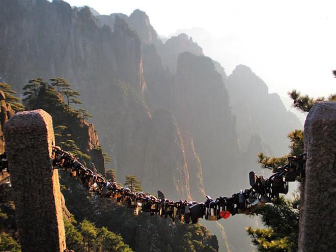 """10 địa điểm """"khóa chặt"""" tình yêu nổi tiếng nhất trên thế giới, không thể không nhắc đến cầu tình yêu ở Việt Nam - Ảnh 6."""