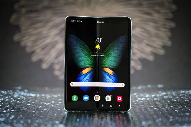 Giờ này còn ai khoe  iPhone 11 Pro Max nữa, Galaxy Fold mới chính là smartphone chảnh nhất Việt Nam hiện nay - Ảnh 1.