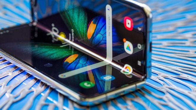Giờ này còn ai khoe  iPhone 11 Pro Max nữa, Galaxy Fold mới chính là smartphone chảnh nhất Việt Nam hiện nay - Ảnh 2.