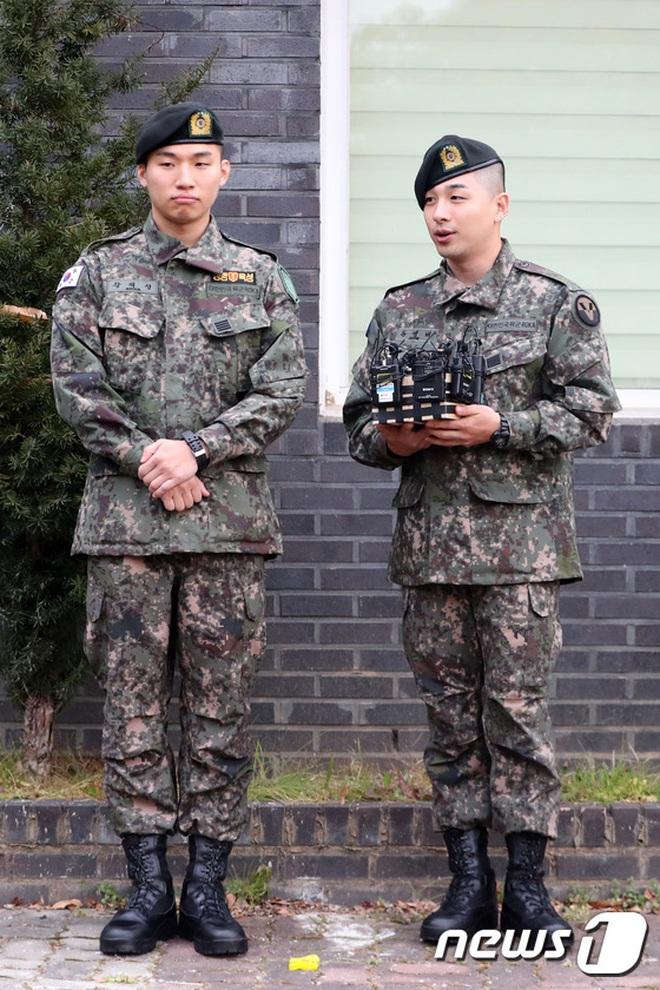 Taeyang và Daesung (BIGBANG) chính thức xuất ngũ: Béo lên trông thấy, vui mừng trước 1000 fan vây kín cả khu vực - Ảnh 9.
