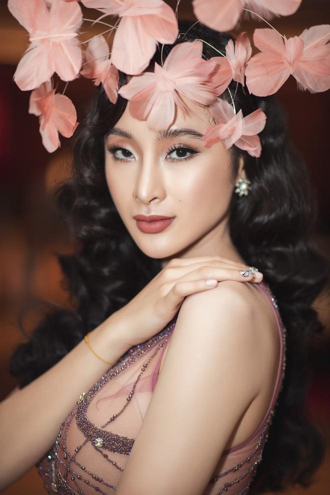Lâu lắm mới dự sự kiện, Angela Phương Trinh giữ vững vị trí nữ hoàng thảm đỏ với màn đội cả rừng hoa lộng lẫy - Ảnh 4.