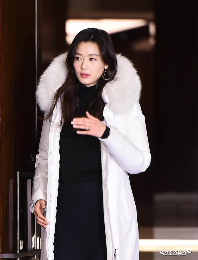 """Đỉnh như """"mợ chảnh"""" Jeon Ji Hyun dự sự kiện: U40, mẹ 2 con và còn lộ nọng cằm mà vẫn đẹp bất chấp - Ảnh 3."""