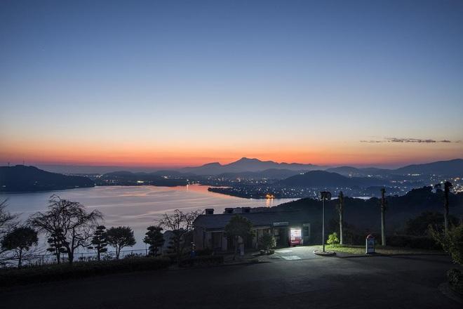 """Vẻ đẹp rực rỡ trong đêm của những chiếc máy bán hàng tự động """"cô độc"""" trên khắp các nẻo đường Nhật Bản - Ảnh 5."""