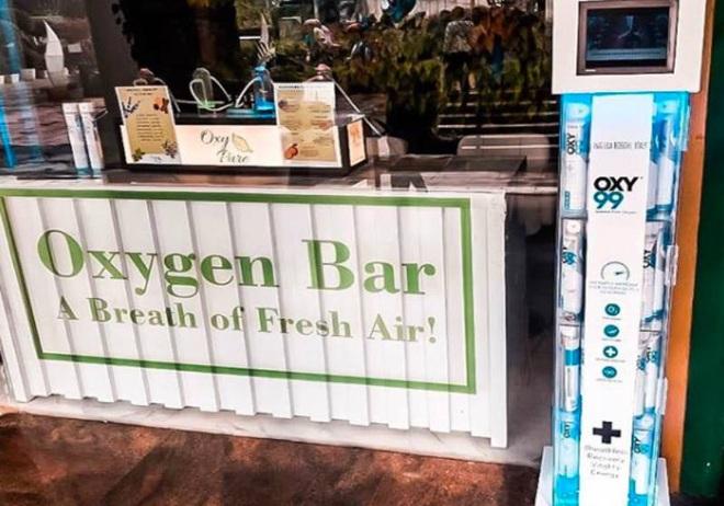 Cao thủ không bằng tranh thủ: Người đàn ông mở quán bar kinh doanh khí Oxy sạch giữa lúc cả thành phố bị ô nhiễm trầm trọng - Ảnh 1.