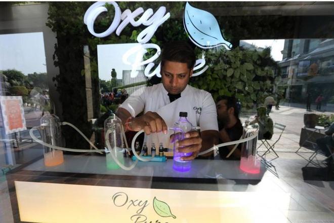 Cao thủ không bằng tranh thủ: Người đàn ông mở quán bar kinh doanh khí Oxy sạch giữa lúc cả thành phố bị ô nhiễm trầm trọng - Ảnh 2.
