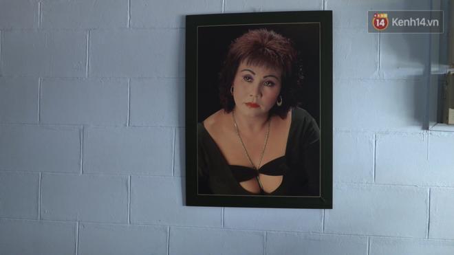 Trên tường treo một vài bức ảnh của nghệ sĩ Hoàng Lan thời còn trẻ