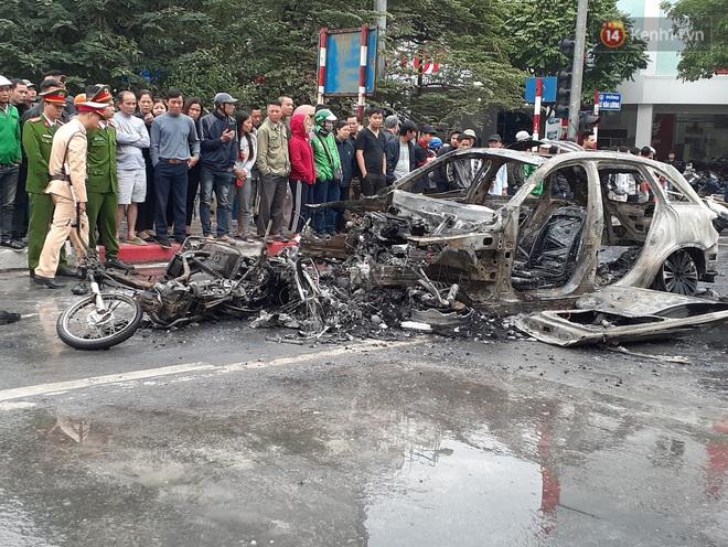 Hà Nội: Mercedes GLC 250 b.ốc cháy kinh hoàng sau v.a ch.ạm liên hoàn kh.iến 1 ph.ụ n.ữ t.ử v.ong, giao thông ùn tắc ngh.iêm trọng - Ảnh 4.