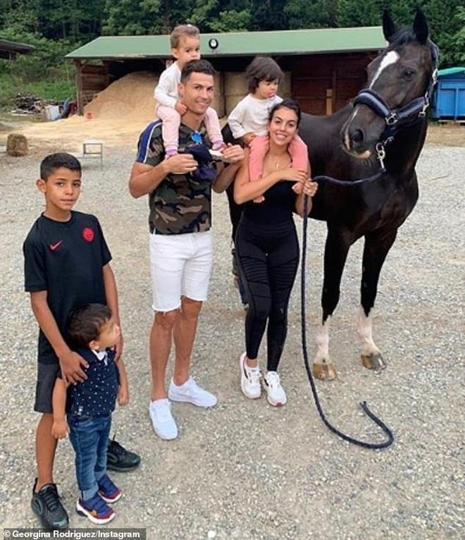 Sau 3 năm hẹn hò rồi sinh con, Ronaldo và bạn gái nóng bỏng cuối cùng đã tổ chức đám cưới bí mật? - Ảnh 2.