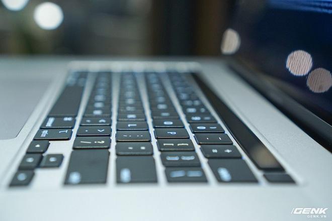 """Trên tay MacBook Pro 16 inch: Viền màn hình mỏng, bàn phím gõ """"phê"""" tay hơn nhiều - Ảnh 7."""