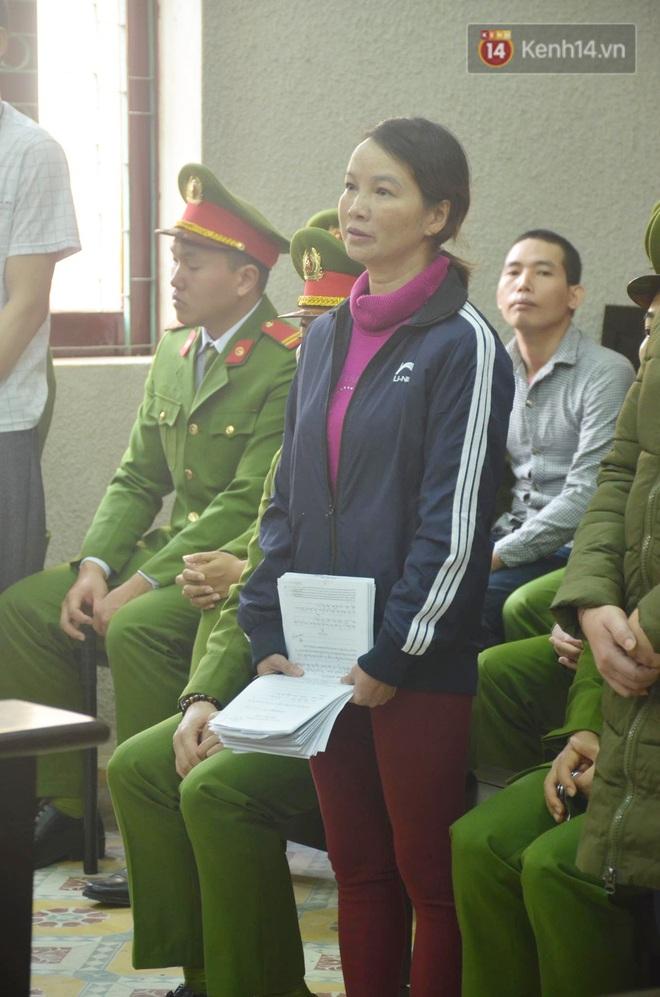 Kết thúc phiên xử buổi sáng vụ mẹ nữ sinh giao gà cùng đồng phạm: Vì Thị Thu phản cung, bà Hiền nói mình bị oan - Ảnh 21.