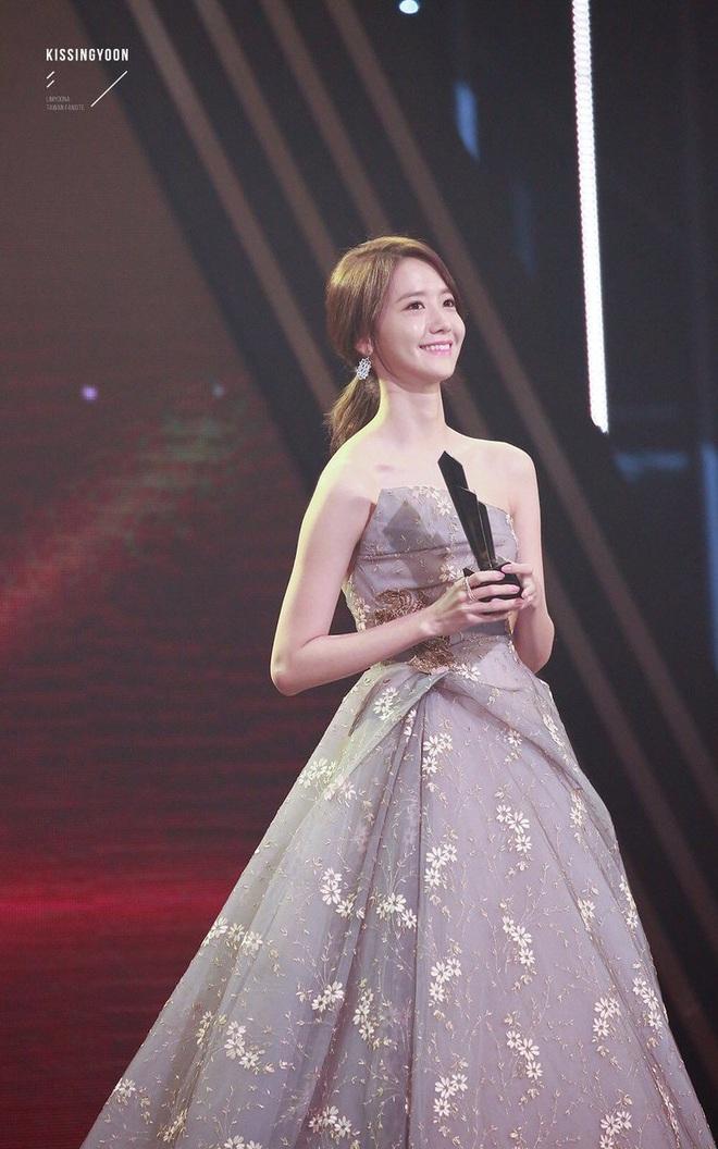 """Style của Yoona qua 4 kỳ AAA: Chỉ có 1 lần """"sến"""", còn lại đều đẹp hớp hồn; riêng bộ năm nay đậm chất tiên tử ai cũng xiêu lòng - Ảnh 2."""