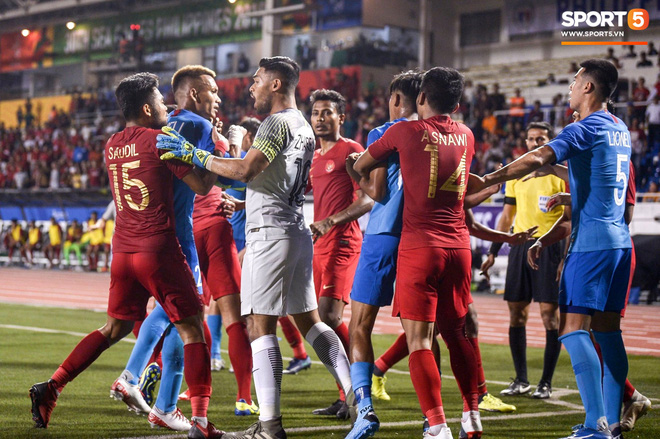 Vụ ẩu đả trên sân bóng đầu tiên tại SEA Games 2019: Sao U22 Indonesia đòi ăn thua đủ sau khi bị đánh nguội 2 lần liên tiếp - Ảnh 6.