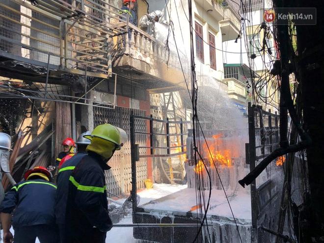 Hà Nội: Xe chở gas bất ngờ bốc cháy dữ dội kèm nhiều tiếng nổ, hàng trăm người dân hoảng hốt bỏ chạy - Ảnh 4.