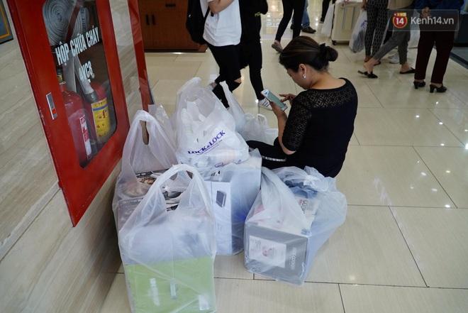"""Ảnh: Tranh thủ giờ nghỉ trưa, người dân Hà Nội và Sài Gòn đổ xô tới các TTTM để """"săn"""" hàng hiệu giảm giá dịp Black Friday - Ảnh 11."""