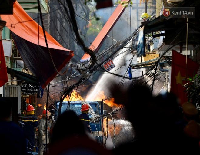 Hà Nội: Xe chở gas bất ngờ bốc cháy dữ dội kèm nhiều tiếng nổ, hàng trăm người dân hoảng hốt bỏ chạy - Ảnh 2.