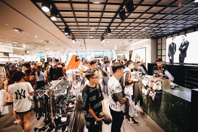 """Ảnh: Tranh thủ giờ nghỉ trưa, người dân Hà Nội và Sài Gòn đổ xô tới các TTTM để """"săn"""" hàng hiệu giảm giá dịp Black Friday - Ảnh 17."""