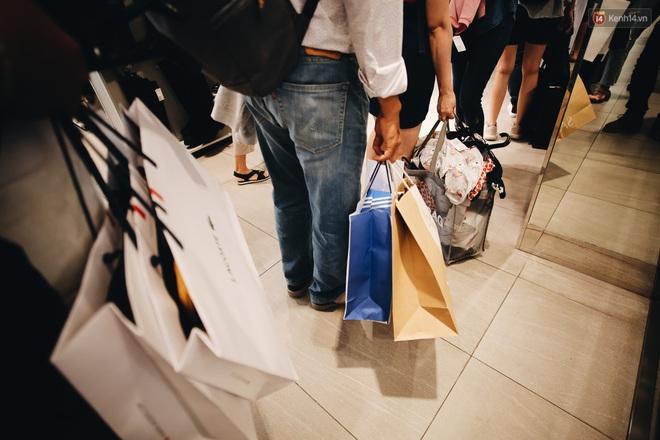 """Ảnh: Tranh thủ giờ nghỉ trưa, người dân Hà Nội và Sài Gòn đổ xô tới các TTTM để """"săn"""" hàng hiệu giảm giá dịp Black Friday - Ảnh 20."""