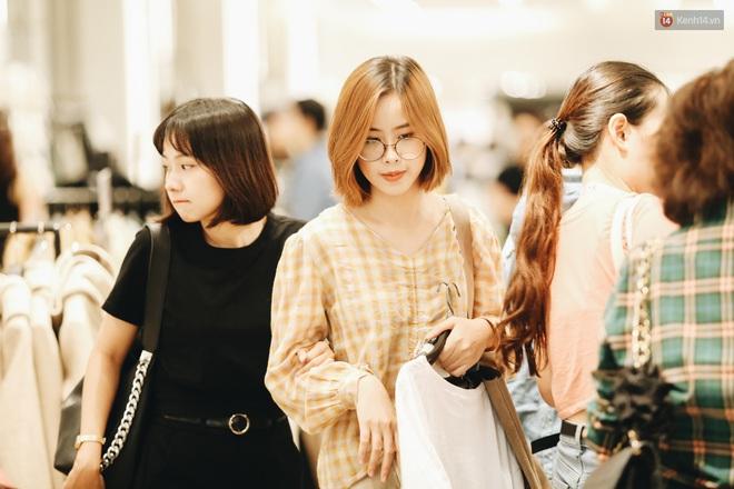 """Ảnh: Tranh thủ giờ nghỉ trưa, người dân Hà Nội và Sài Gòn đổ xô tới các TTTM để """"săn"""" hàng hiệu giảm giá dịp Black Friday - Ảnh 18."""