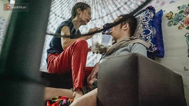 """Xúc động người vợ 10 năm chăm chồng bị liệt toàn thân ở Hà Nội: """"Nếu không có anh, tôi không sống nổi"""" - Ảnh 4."""