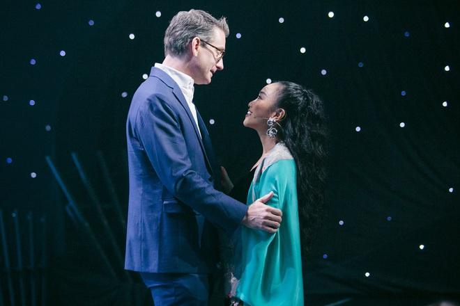 Đoan Trang khiến chồng Tây lo lắng, liên tục ôm hôn khi vấp ngã trên sân khấu - Ảnh 2.