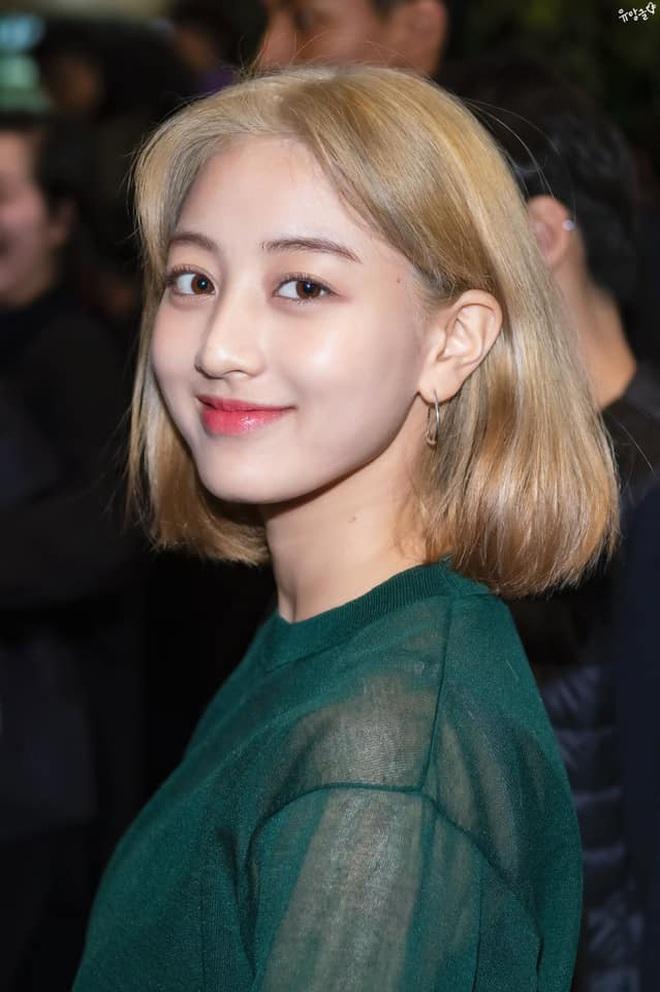 Cực hợp với tóc vàng bạch kim, Jihyo chỉ cần makeup sương sương ra đường cũng đủ đẹp bá cháy - Ảnh 2.
