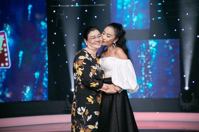 Đoan Trang khiến chồng Tây lo lắng, liên tục ôm hôn khi vấp ngã trên sân khấu - Ảnh 5.