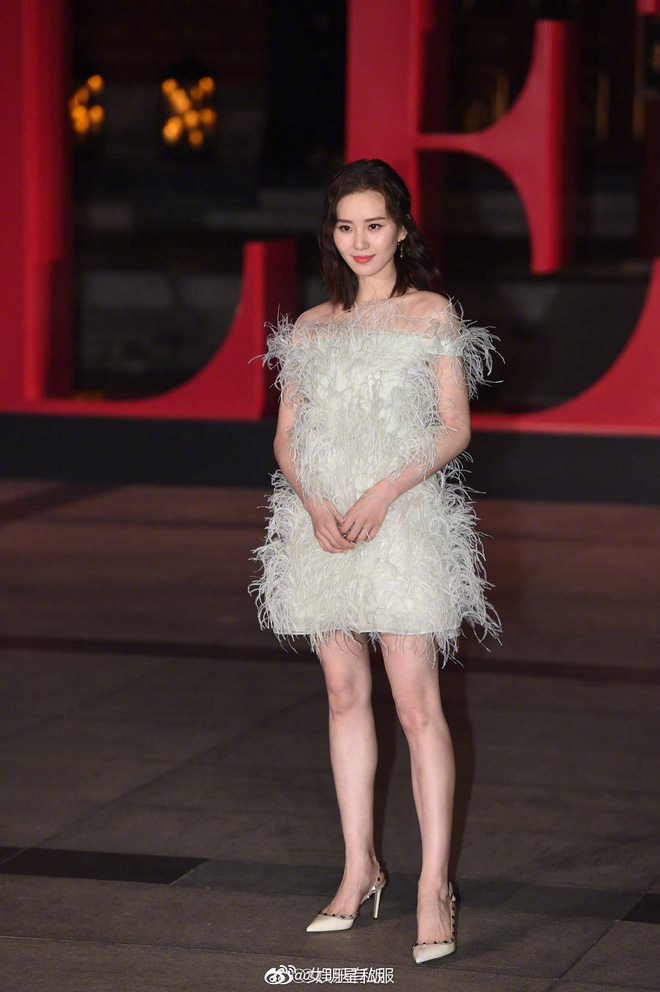 Triệu Lệ Dĩnh – Lưu Thi Thi dự show thời trang: Người sửa váy cho đỡ sexy, người tự tin phô diễn sắc vóc như gái đôi mươi - Ảnh 6.