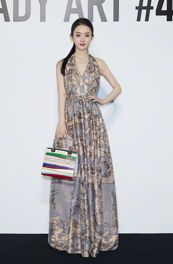 Triệu Lệ Dĩnh – Lưu Thi Thi dự show thời trang: Người sửa váy cho đỡ sexy, người tự tin phô diễn sắc vóc như gái đôi mươi - Ảnh 3.