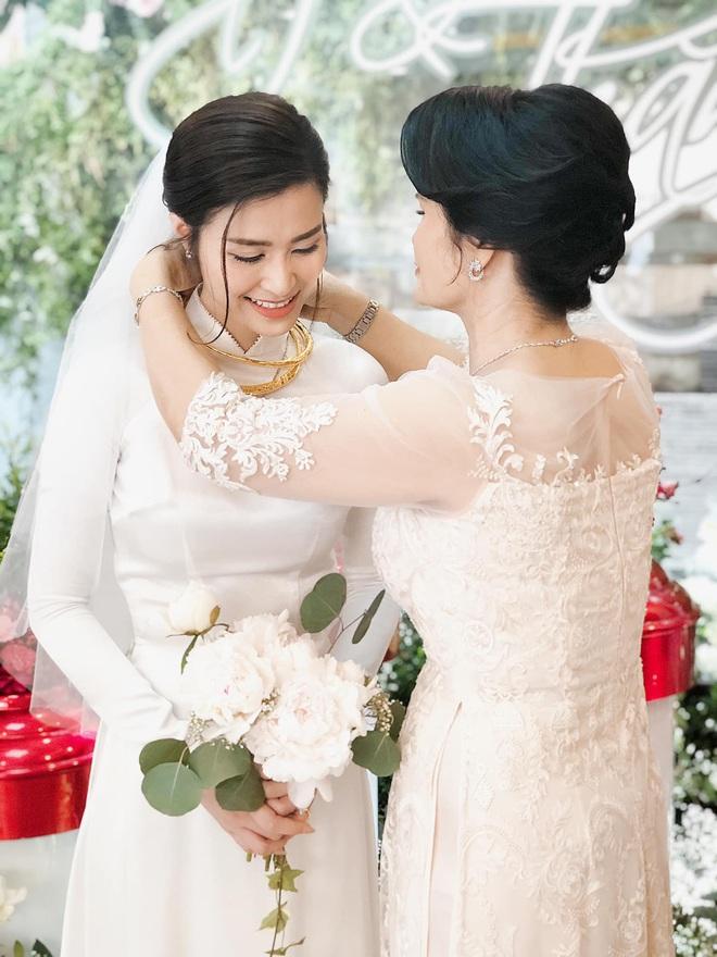 Áo dài đón dâu xinh vô ngần của Đông Nhi: Trắng tinh khôi đơn giản nhưng mất tới 1 tháng để hoàn thành, đậm style thập niên 60 - Ảnh 2.